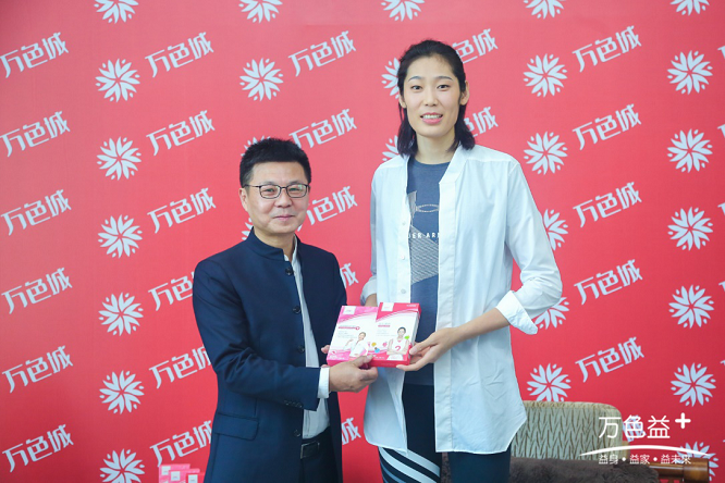 中国女排国家队队长朱婷来到杭州万色城出席万色益+朱婷粉丝见面会